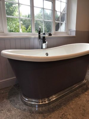 Freestanding roll top bath